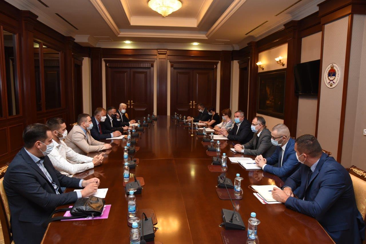 Premijer Višković razgovarao sa predstavnicima Unije udruženja poslodavaca Republike Srpske iz oblasti prevoza putnika i Udruženjem Horeca Republike Srpske